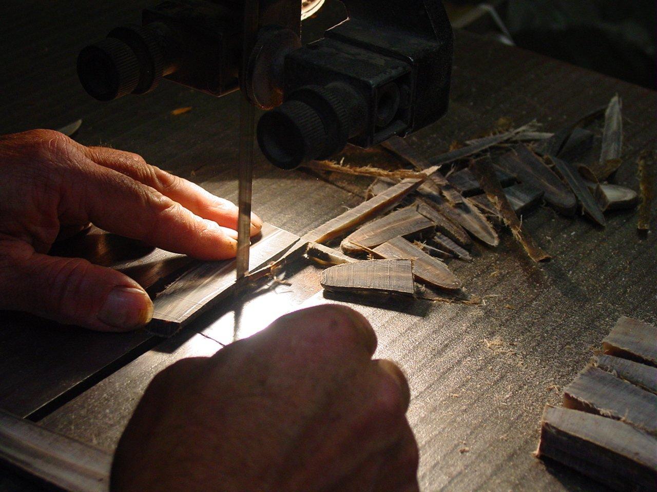 Sciage d'un manche pour la confection d'un couteau Forge de Laguiole.