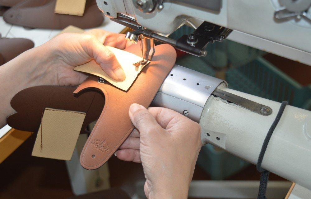 Fabrication d'un étui en cuir pour Laguiole pliant chez Max Capdebarthes
