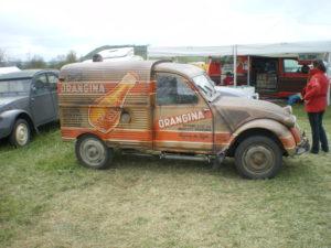 Une 2cv Orangina, auto aussi emblématique que la petite bouteille ronde