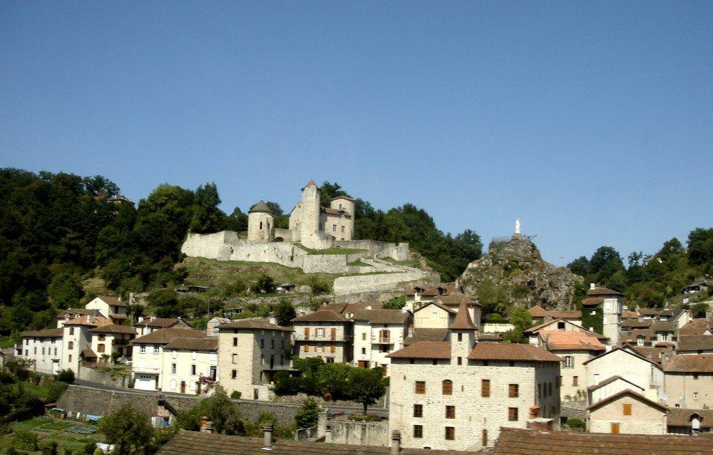 Né à Laroquebrou, Jacques Faizant était un enfant du Cantal, près de l'Aubrac.