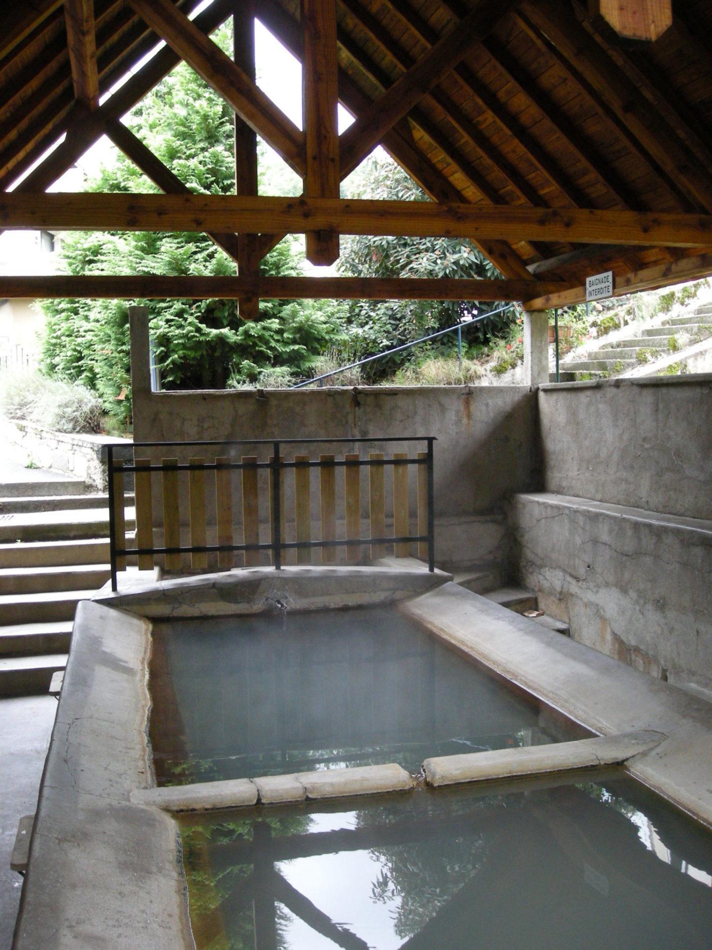 visiter le lavoir à eau chaude de la source Lestande à Chaudes Aigues
